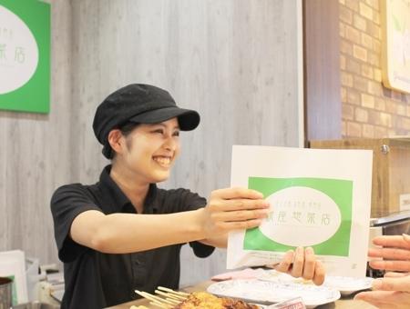 スーパー内手作り惣菜店の接客スタッフ